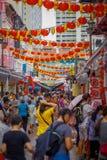 新加坡,新加坡- 1月30 2018年:走在拉乌Pa星期六节日销售的公开市场上的室外观点的人 库存图片