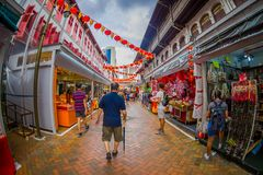 新加坡,新加坡- 1月30 2018年:走在拉乌Pa星期六节日销售的公开市场上的室外观点的人 库存照片