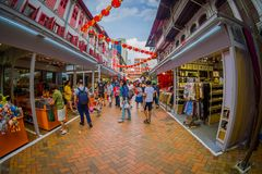 新加坡,新加坡- 1月30 2018年:走在拉乌Pa星期六节日销售的公开市场上的室外观点的人 免版税库存图片