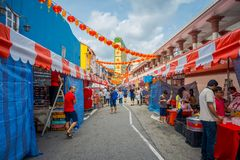 新加坡,新加坡- 1月30 2018年:走在拉乌Pa星期六节日销售的公开市场上的未认出的人民 库存图片