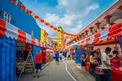 新加坡,新加坡- 1月30 2018年:走在拉乌Pa星期六节日销售的公开市场上的未认出的人民 免版税库存图片