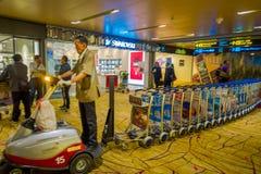 新加坡,新加坡- 1月30 2018年:carring许多行李推车,那的Unidentifiedman被设置为了顾客 免版税库存图片