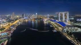 新加坡,新加坡- 2016年7月18日:小游艇船坞在夜地平线的海湾沙子 免版税库存图片