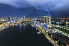 新加坡,新加坡- 2016年7月18日:小游艇船坞在夜地平线的海湾沙子 免版税图库摄影