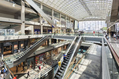 新加坡,新加坡- 2016年7月17日:小游艇船坞海湾内部铺沙购物中心,新加坡 免版税库存照片