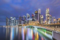 新加坡,新加坡- 2016年7月16日:新加坡中心商务区地平线在晚上 免版税库存照片
