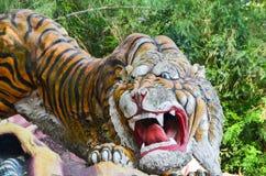 新加坡,新加坡-雕象10月4日, 2013Old在山楂同水准别墅的老虎从事园艺 免版税库存图片