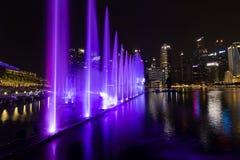 新加坡, 2017年12月15日:在小游艇船坞海湾的美好的lightshow 库存图片