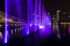 新加坡, 2017年12月15日:在小游艇船坞海湾的美好的lightshow 免版税库存照片
