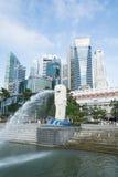 新加坡, 2015年7月16日:Merilon雕象看法在小游艇船坞海湾的我 免版税库存图片