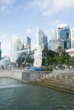 新加坡, 2015年7月16日:Merilon雕象看法在小游艇船坞海湾的我 免版税图库摄影