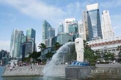 新加坡, 2015年7月16日:Merilon雕象看法在小游艇船坞海湾的我 免版税库存照片