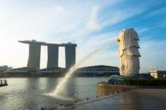 新加坡, 2015年7月16日:Merlion和小游艇船坞海湾沙子关于 免版税库存照片