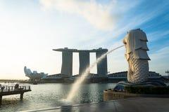 新加坡, 2015年7月16日:Merlion和小游艇船坞海湾沙子关于 库存照片