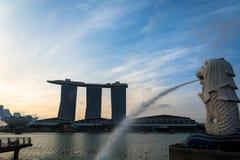新加坡, 2015年7月16日:Merlion和小游艇船坞海湾沙子关于 免版税图库摄影