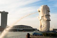 新加坡, 2015年7月16日:Merlion和小游艇船坞海湾沙子关于 免版税库存图片