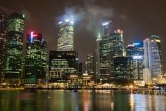 新加坡, 12月20,2013 :城市地平线的看法在晚上 免版税库存照片