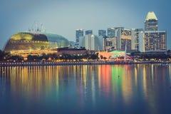 新加坡, 12月20,2013 :新加坡市在晚上 免版税库存图片
