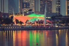 新加坡, 12月20,2013 :新加坡市在晚上 库存图片