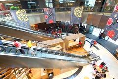 新加坡:小游艇船坞方形的购物中心 免版税库存照片