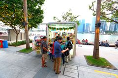 新加坡:沿水前面的食物报亭在广场 免版税图库摄影