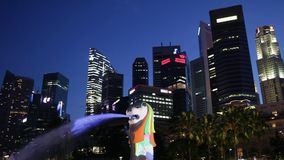 新加坡-大约2012年3月:与城市地平线的Merlion雕象在背景,小游艇船坞海湾中 股票录像