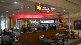 新加坡- 2015年4月2日:卡尔` s小 是经营在44状态和38的一家基于美国的快的服务联锁饭店 免版税图库摄影