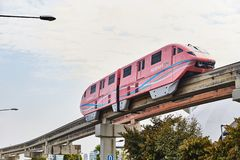 新加坡- 2019年3月19日:圣淘沙捷运在圣淘沙海岛和HarbourFront之间的单轨铁路车奔跑 图库摄影