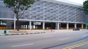 新加坡- 2015年4月2日:在小游艇船坞海湾街道电路的一级方程式赛车赛马跑道 一次赛跑a的一级方程式赛车的标志 免版税库存照片