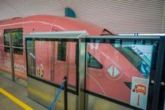 新加坡- 2018年2月01日:在的一辆桃红色单轨铁路车里面的未认出的人在圣淘沙海岛 圣淘沙海岛是a 库存照片