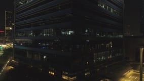 新加坡- 2018年9月25日:大厦夜门面的前面看法与很多被点燃的窗口的 射击 门面 免版税库存照片