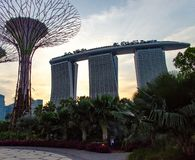 新加坡- 2014年4月28日:小游艇船坞Bai铺沙旅馆在日落 免版税库存图片