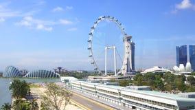 新加坡- 2015年4月2日:新加坡一级方程式赛车赛马跑道的飞行物和坑车道鸟瞰图在小游艇船坞海湾的 免版税库存图片