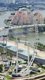 新加坡- 2015年4月2日:新加坡一级方程式赛车赛马跑道的飞行物和坑车道鸟瞰图在小游艇船坞海湾的 免版税库存照片