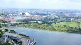 新加坡- 2015年4月2日:新加坡一级方程式赛车赛马跑道的飞行物和坑车道鸟瞰图在小游艇船坞海湾的 库存图片