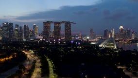 新加坡- 2018年9月25日:新加坡地平线和河在与著名小游艇船坞海湾沙子的晚上,弗累斯大转轮和其他 股票录像