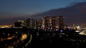 新加坡- 2018年9月25日:新加坡地平线和河在与著名小游艇船坞海湾沙子的晚上,弗累斯大转轮和其他 免版税库存图片