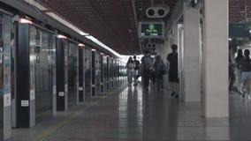 新加坡- 2018年6月11日:时间间隔火车站有人等待的火车的地铁站平台在新加坡 股票录像