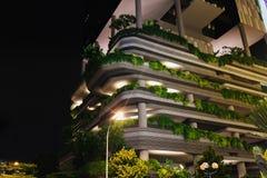 新加坡- 2016年1月19日:现代城市大厦美丽的景色与照明设备的 图库摄影