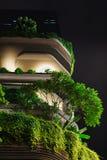 新加坡- 2016年1月19日:现代城市大厦美丽的景色与照明设备的 免版税库存照片