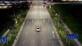 新加坡- 2018年9月25日:街道顶视图有穿过街道的交叉点路和人的在晚上 射击 影视素材