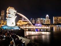 新加坡- 2018年11月22日:Merlion喷泉在新加坡喷出在小游艇船坞海湾前面的水铺沙旅馆 这个喷泉是 图库摄影