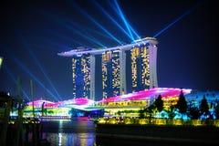 新加坡- 31日DEC 2013年:三个现代塔,与象小船的b 免版税库存照片