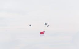 新加坡2015年7月, 18 :在天空的直升机飞行第五十安的 免版税库存图片