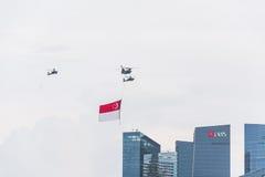 新加坡2015年7月, 18 :在天空的直升机飞行第五十安的 库存图片