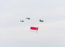 新加坡2015年7月, 18 :在天空的直升机飞行第五十安的 库存照片