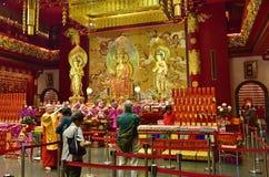 新加坡- 2015年2月 与的法坛的佛教寺庙内部 免版税库存照片
