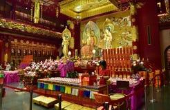 新加坡- 2015年2月 与的法坛的佛教寺庙内部 库存照片