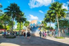 新加坡- 1月13日游人和为在普遍性前面的主题乐园访客大转动的地球喷泉照相 库存照片