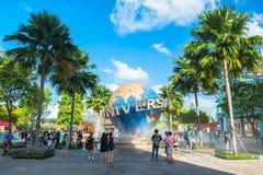 新加坡- 1月13日游人和为在普遍性前面的主题乐园访客大转动的地球喷泉照相 图库摄影